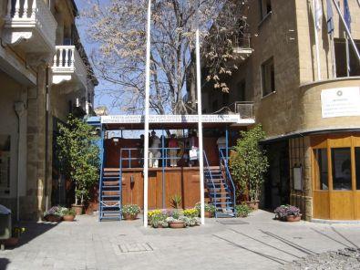 Calle Ledra, en la parte griega de Nicosia. Al fondo, la l�nea verda (Click para ampliar)