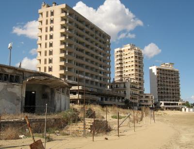 Hoteles abandonados en primera l�nea de playa (Click para ampliar) (C) Michael J. Totten