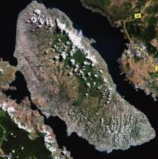 Isla en el lago en la isla