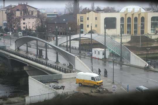 Puente sobre el río Ibar en Mitrovica (click para ampliar)