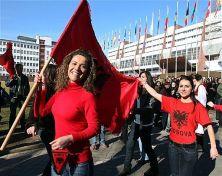 Celebraciones en Pristina con la bandera albanesa