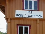 Cartel en la estación de ferrocarril de Hell, Noruega (click para ampliar)