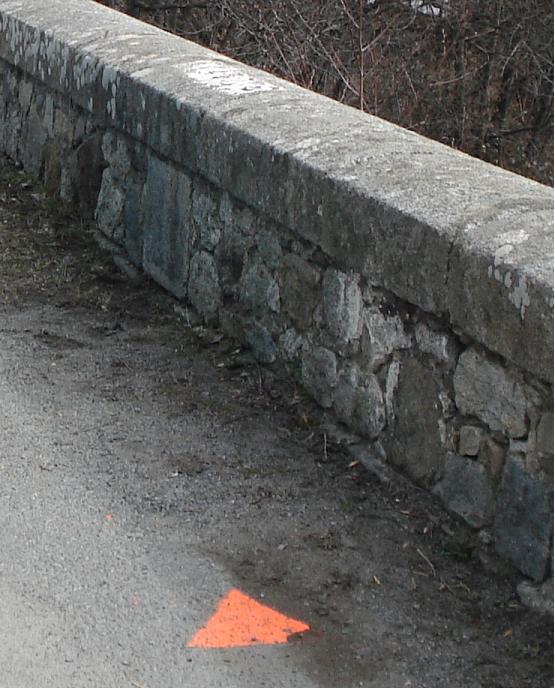Hitos fronterizos original y actual en el puente sobre el R�o Rahur (click para ampliar)