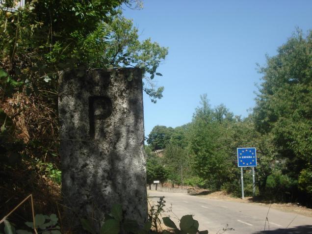 Hito fronterizo nº 408, junto a la carretera general.