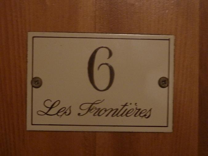 Dormir con la cabeza en suiza y los pies en francia taringa for Numero hotel