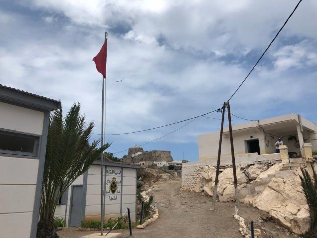 Bandera marroquí en el puesto del otro lado