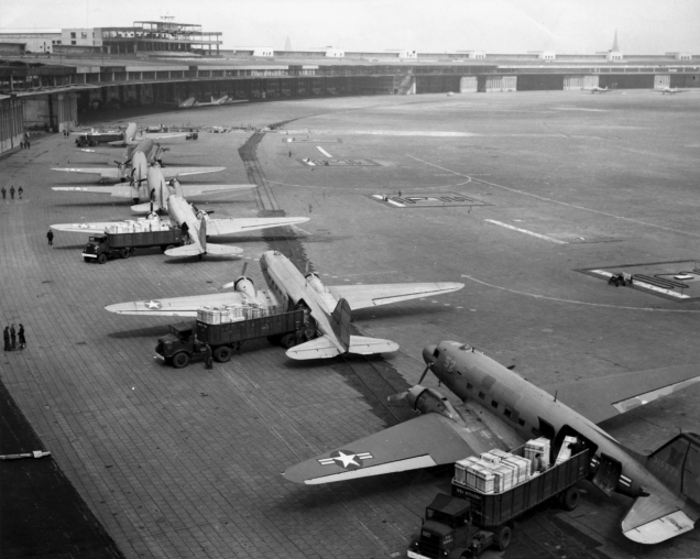 Screenshot_2020-01-20 C-47s_at_Tempelhof_Airport_Berlin_1948 jpg (Imagen JPEG, 1800 × 1438 píxeles) - Escalado (68 %)