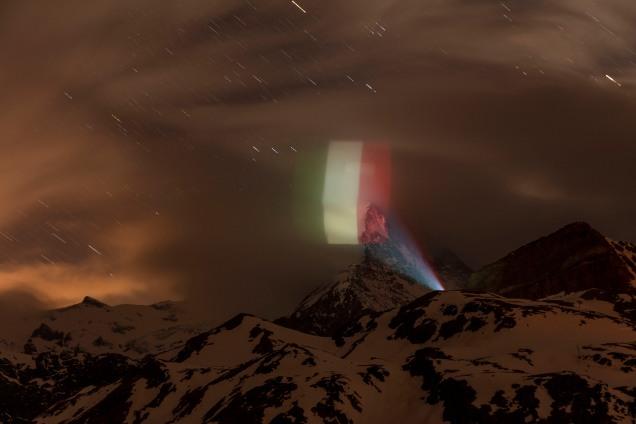 Bandera de Italia proyectada sobre el Matterhorn