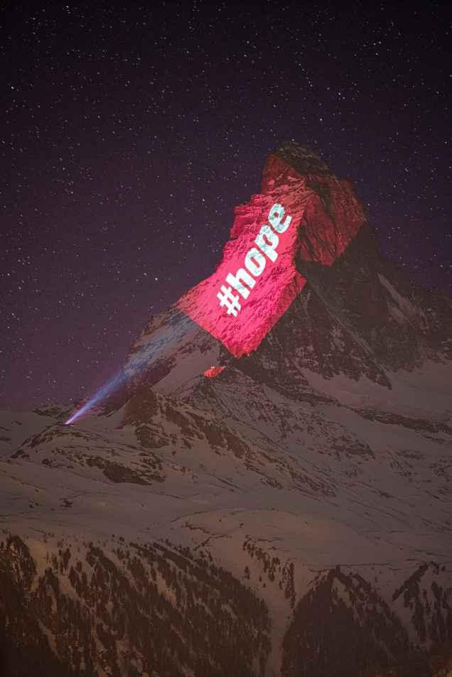 """Un proyector ilumina la cima del Matterhorn, en Suiza, con la palabra """"Esperanza"""" (#Hope)"""